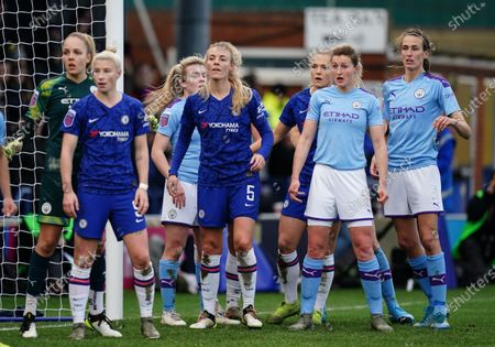 Ellen White of Manchester City stands next to Jill Scott of Manchester City and Sophie Ingle of Chelsea as she prepares to defend a corner