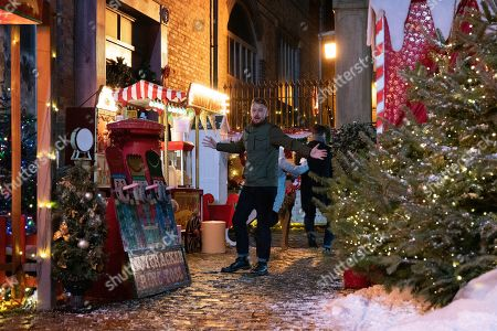 Ep 9961 & 9962 Christmas Day 2019 - Wed 25th Dec 2019 Shona collects the keys to the Winter Wonderland from Michael as the Platts hide presents for David treasure hunt. But when they suddenly find themselves in the middle of a shoot out David is desperate to protect Shona, while Sarah Platt holds Adam Barlow and Harry close. Harry runs and Gary Windass, as played by Mikey North, grabs him. Derek Milligan, as played by Craige Els, trains the gun on him.
