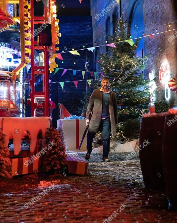 Ep 9961 & 9962 Christmas Day 2019 - Wed 25th Dec 2019 Shona collects the keys to the Winter Wonderland from Michael as the Platts hide presents for David treasure hunt. But when they suddenly find themselves in the middle of a shoot out David is desperate to protect Shona, while Sarah Platt holds Adam Barlow and Harry close. Harry runs and Gary Windass grabs him. Derek Milligan, as played by Craige Els, trains the gun on him.