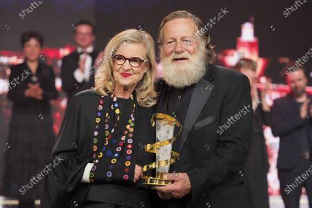 Gillian Armstrong and Jack Thompson pose with the Prize for the Tribute to Australian Cinema