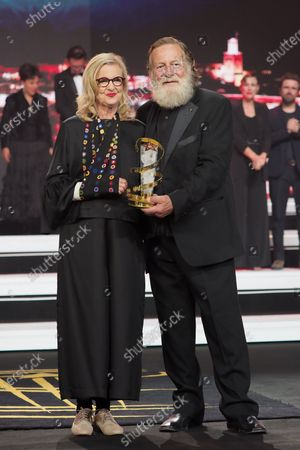 Gillian Armstrong and Jack Thompson pose with the Prize for the Tribute to Australian
