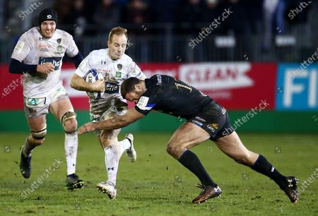 Nick Abendanon of Clermont Auvergne is tackled by Jamie Roberts of Bath.