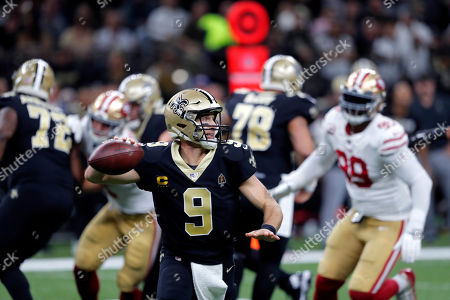 New Orleans Saints quarterback Drew Brees (9) scrambles as he throws a touchdown pass in the first half an NFL football game against the San Francisco 49ers in New Orleans