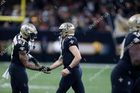 New Orleans Saints quarterback Drew Brees (9) is greeted by running back Dwayne Washington (27) in the first half an NFL football game against the San Francisco 49ers in New Orleans