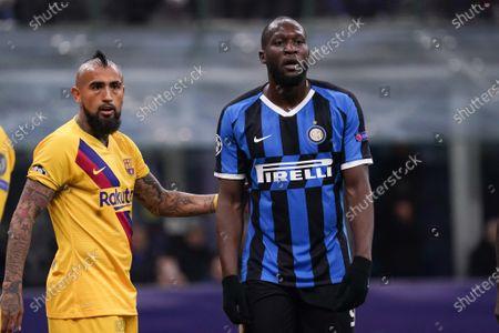 Romelu Lukaku of Inter Milan and Arturo Vidal of Barcelona