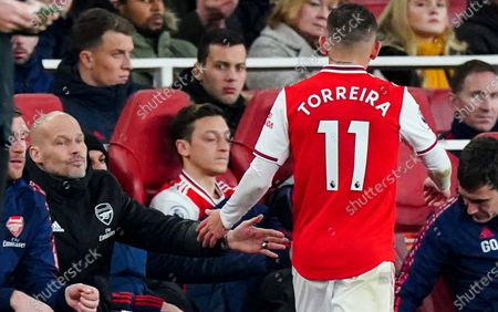 Lucas Torreira of Arsenal shakes hands with Interim Manager Freddie Ljungberg after being substituted as Mesut Ozil looks on