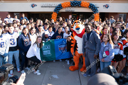 Stock Image of IMAGE DISTRIBUTED KELLOG'S FROSTED FLAKES - Pro Football Hall of Famer LaDainian Tomlinson, Tony the Tiger, representatives from The DICK'S Sporting Goods Foundation and Wiggs Middle School 7th and 8th graders celebrate a $500,000 Sports Matter grant from Kellogg's Frosted Flakes' Mission Tiger and The DICK'S Sporting Goods Foundation. The duo teamed up to deliver truckloads of new sports equipment to El Paso area middle schools on Thursday, Dec. 12 in El Paso, TX