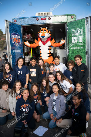 IMAGE DISTRIBUTED KELLOG'S FROSTED FLAKES - Pro Football Hall of Famer LaDainian Tomlinson, Tony the Tiger, representatives from The DICK'S Sporting Goods Foundation and Wiggs Middle School 7th and 8th graders celebrate a $500,000 Sports Matter grant from Kellogg's Frosted Flakes' Mission Tiger and The DICK'S Sporting Goods Foundation. The duo teamed up to deliver truckloads of new sports equipment to El Paso area middle schools on Thursday, Dec. 12 in El Paso, TX