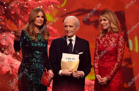 Spanish tenor Jose Carreras (C) shows the amount of money raised during the Jose Carreras Gala Christmas concert in Leipzig, Germany, 12 December 2019. The 25th Jose Carreras Gala is one of the most successful charity events in German television and raises funds for the Spanish tenor's leukemia foundation.