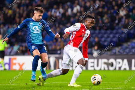 FC Porto's Otávio (L) and Feyenoord's Luis Sinisterra (R)