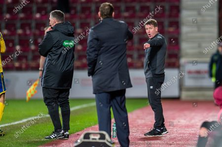 Heart of Midlothian manager Daniel Stendel points at Tommy Wright, manager of St Johnstone FC and tells him to stay in his technical area during the Ladbrokes Scottish Premiership match between Heart of Midlothian FC and St Johnstone FC at Tynecastle Park, Edinburgh