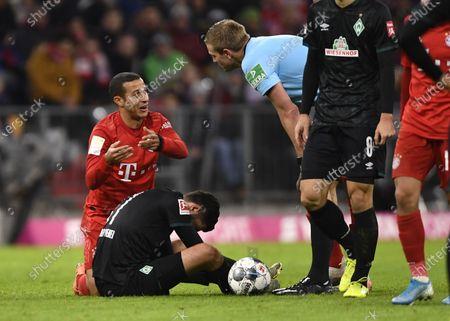 Bayern's Thiago (L) and Bremen's Nuri Sahin (C) and Referee Robert Schroeder react during the German Bundesliga soccer match between FC Bayern Munich and SV Werder Bremern in Munich, Germany, 14 December 2019.