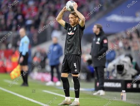 14.12.2019, Football 1. Bundesliga 2019/2020, 15. match day, FC Bayern Muenchen - SV Werder Bremen, in Allianz-Arena Muenchen. Michael Lang (SV Werder Bremen) Einwurf.