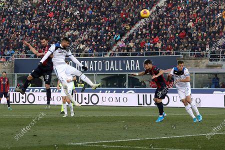 Bologna's Andrea Poli (L) scores during the Italian Serie A soccer match Bologna Fc vs Atalanta at the Renato Dall'Ara stadium in Bologna, Italy, 15 December 2019.