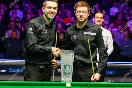 Mark Selby & Jack Lisowski shake hands in front of the Stephen Hendry Scottish Open Trophy ahead of the first session of the World Snooker 19.com Scottish Open Final Mark Selby vs Jack Lisowski at the Emirates Arena, Glasgow