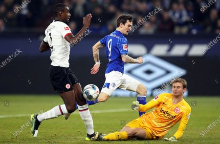 Schalke's Benito Raman (C) in action against Frankfurt players Evan N'Dicka (L) and goalkeeper Frederik Ronnow (R) during the German Bundesliga soccer match between FC Schalke 04 and Eintracht Frankfurt in Gelsenkirchen, Germany, 15 December 2019.