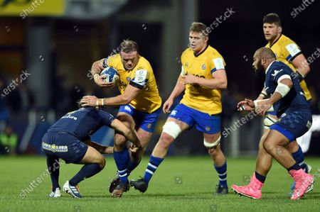 Jamie Roberts of Bath Rugby takes on the Clermont Auvergne defence