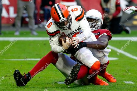 Cleveland Browns quarterback Baker Mayfield (6) is sacked by Arizona Cardinals linebacker Chandler Jones during the first half of an NFL football game, in Glendale, Ariz