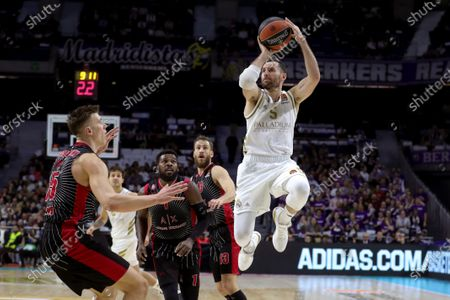 Real Madrid's Rudy Fernandez (R) in action against Armani Exchange Milan's Kaleb Tarczewski (L) during the Euroleague basketball match between Real Madrid and Armani Exchange Milan at the Wizink Center in Madrid, Spain, 17 December 2019.