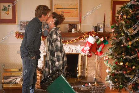 Stock Photo of Denis Leary as Sean Moody Sr. and Elizabeth Perkins as Ann Moody
