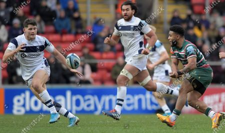 Leicester's Kyle Eastmond (Right) passing