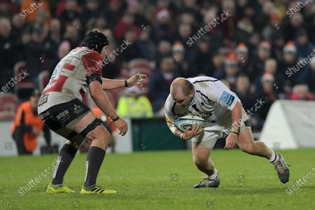 Callum Black of Worcester Warriors is challenged by Ben Morgan of Gloucester Rugby