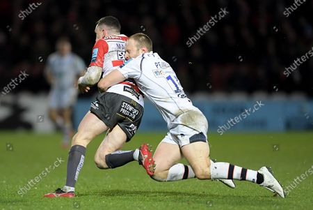 Tom Marshall of Gloucester Rugby is tackled by Chris Pennell of Worcester Warriors