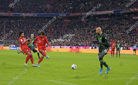 21.12.2019, Football 1. Bundesliga 2019/2020, 17. match day, FC Bayern Muenchen - VfL Wolfsburg, in Allianz-Arena Muenchen. goal  1:0 of  Joshua Zirkzee (2.v.li, Bayern Muenchen). re: John Anthony Brooks (Wolfsburg).