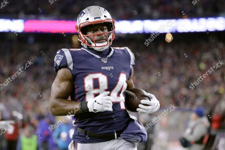 New England Patriots tight end Benjamin Watson runs after catching a pass in the second half of an NFL football game against the Buffalo Bills, in Foxborough, Mass. The play was nullified by a penalty