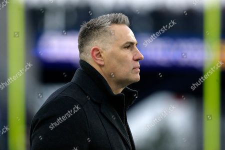 NFL Network broadcaster Kurt Warner watches teams warms up before an NFL football game between the New England Patriots and the Buffalo Bills, in Foxborough, Mass