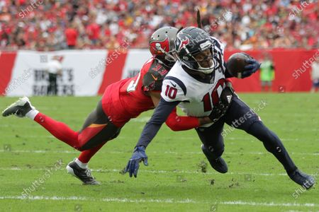 Houston Texans wide receiver DeAndre Hopkins (10) catches the ball in front of Tampa Bay Buccaneers cornerback Carlton Davis (33) in the fourth quarter during the NFL game between the Houston Texans and the Tampa Bay Buccaneers held at Raymond James Stadium in Tampa, Florida. Andrew J