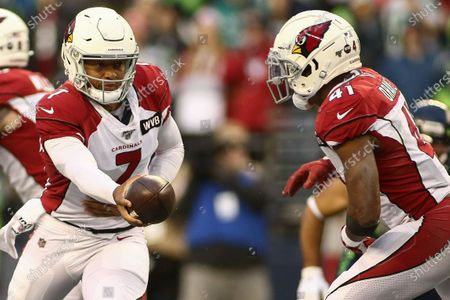 Arizona Cardinals quarterback Brett Hundley (7) hands the ball off to Arizona Cardinals running back Kenyan Drake (41) during a game between the Arizona Cardinals and Seattle Seahawks at CenturyLink Field in Seattle, WA. The Cardinals defeated the Seahawks 27-13