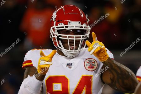 Kansas City Chiefs outside linebacker Terrell Suggs warms up before an NFL football game against the Chicago Bears in Chicago