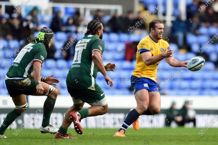 Jamie Roberts of Bath Rugby passes the ball
