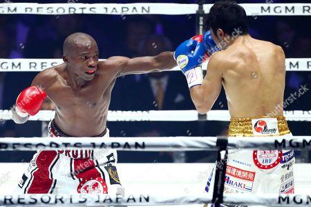 Moruti Mthalane in action against Akira Yaegashi