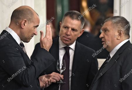 Viktor Kharitonin (left) and Chairman of the Management Board of Rosneft Igor Sechin (right) before the meeting