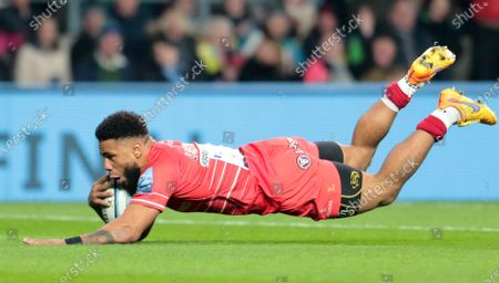 Kyle Eastmond of Leicester goes over for try