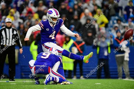 Buffalo Bills kicker Stephen Hauschka (4) boots a field goal during the second half of an NFL football game against the New York Jets, in Orchard Park, N.Y