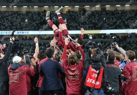 David Villa of Vissel Kobe is tossed up in the air by his teammates