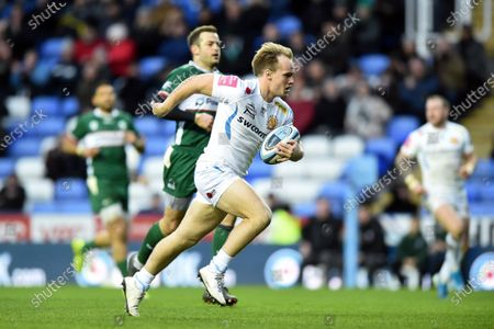 Stuart Townsend of Exeter Chiefs runs in a second half try