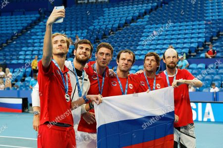 Daniil Medvedev, left, takes a selfie with his Russian team mates, second left to right, Karen Khachanov, Russian Captain Marat Safin, Teymuraz Gabashvili, Ivan Nedelko and Konstantin Kravvchuk after the medal ceremony for winning group D of the ATP Cup in Perth, Australia