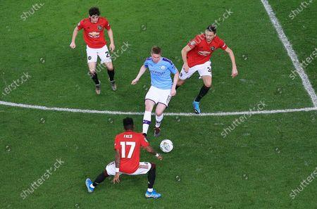 Kevin De Bruyne of Manchester City in between Daniel James, Fred and Nemanja Matic of Manchester United