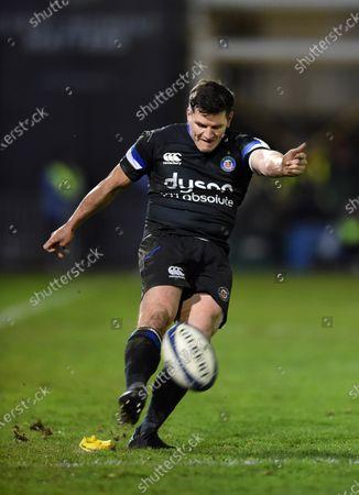 Freddie Burns of Bath Rugby kicks for the posts