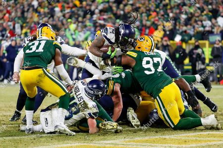 Seattle Seahawks' Marshawn Lynch runs for a touchdown during the second half of an NFL divisional playoff football game against the Green Bay Packers, in Green Bay, Wis