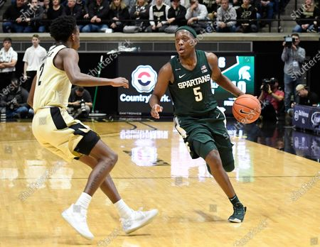 West Lafayette, Indiana, USA; Michigan State Spartans guard Cassius Winston (5) drives up the court as Purdue Boilermakers guard Eric Hunter Jr. (2) waits for him in the first half at Mackey Arena. Mandatory Credit: Sandra Dukes-CSM