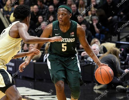 West Lafayette, Indiana, USA; Michigan State Spartans guard Cassius Winston (5) looks to pass around Purdue Boilermakers guard Eric Hunter Jr. (2) in the first half at Mackey Arena. Mandatory Credit: Sandra Dukes-CSM