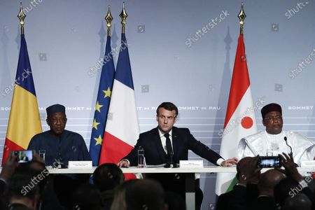 French President Emmanuel Macron (C) flanked by Niger President Mahamadou Issoufou (R) and Chad's President Idriss Deby (L) speaks during a press conference as part of the G5 Sahel summit on the situation in the Sahel region at the Chateau de Pau in Pau, France, 13 January 2020.