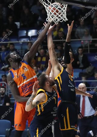 Maurice Ndour (L) of Valencia Basket in action against Sergey Karasev (C) and Anthony Gill (R) of Khimki Moscow Region during the Euroleague basketball match between Khimki Moscow Region and Valencia Basket in Moscow, Russia, 14 January 2020.