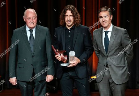 Carles Puyol recieves award
