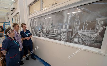 Picture Shows Nhs Staff From The Children Clinic At The Royal Berks Hospital Looking At The Artwork Of Tom Baker An Artist Who Has A Seasonal Speciality Of Doing Window Art And Snowy Scenes Using Nothing But Spray Snow And A Scraper Blade. This Mary Poppins Themed Window Is In A Children's Clinic In The Royal Berkshire Hospital Reading.